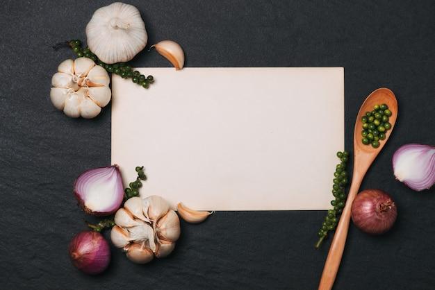 Овощной рецепт. откройте книгу меню со свежими травами и специями на темном фоне