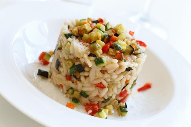 白いプレートの野菜のリゾットはイタリア料理をクローズアップ