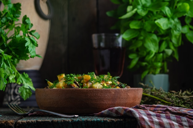 野菜のローストナスとジャガイモの粘土板(ケツァ)。素朴なスタイルの自家製健康食品。