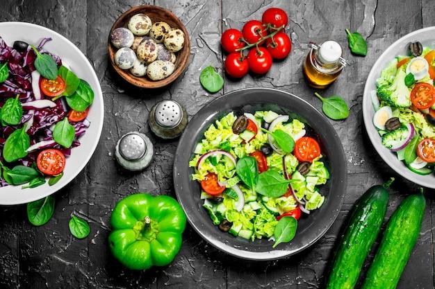 野菜サラダ。さまざまなオーガニックサラダ、オリーブオイルとスパイスを使った野菜。