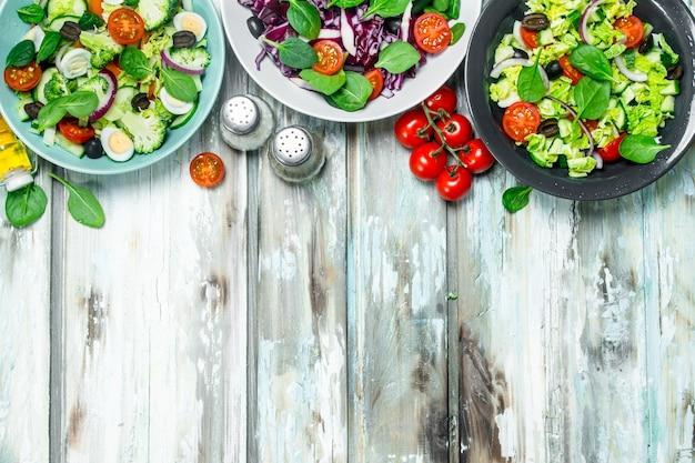 Овощной салат. разнообразные экологически чистые салаты, овощи с оливковым маслом и специями.