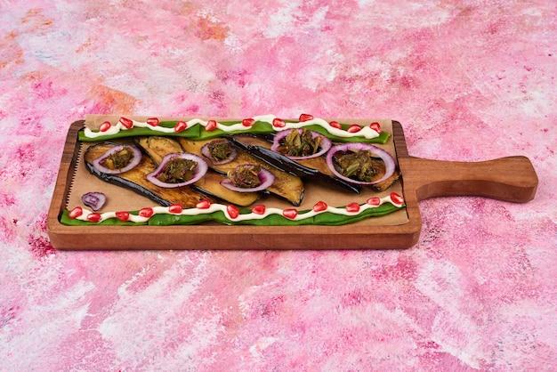 木の板に野菜のサラダと軽食。