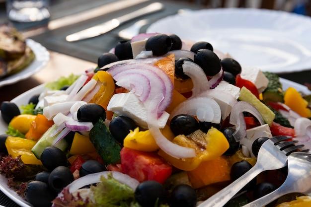 野菜サラダ、前菜、チーズ、オリーブ、赤玉ねぎ、トマト、ピーマン添え。ギリシャ、イタリアのサラダ。セレクティブフォーカス。