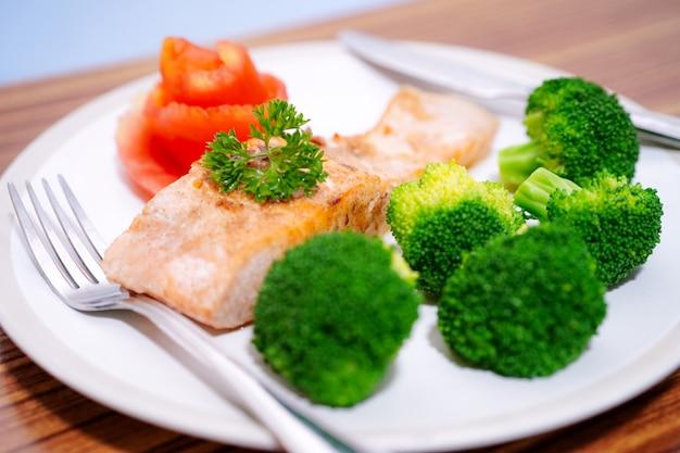 野菜サラダ朝食健康食品。