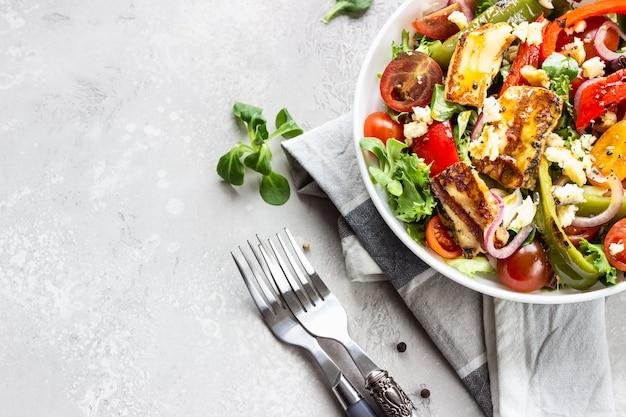 野菜サラダチェリートマト、焼き唐辛子、サラダミックス、タマネギのグリルハロウミチーズ添え