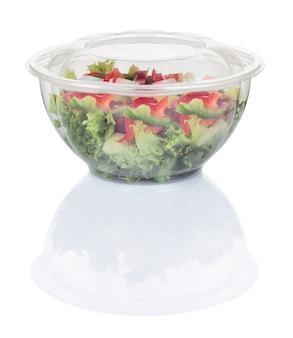 使い捨てプラスチックボウルの野菜サラダ