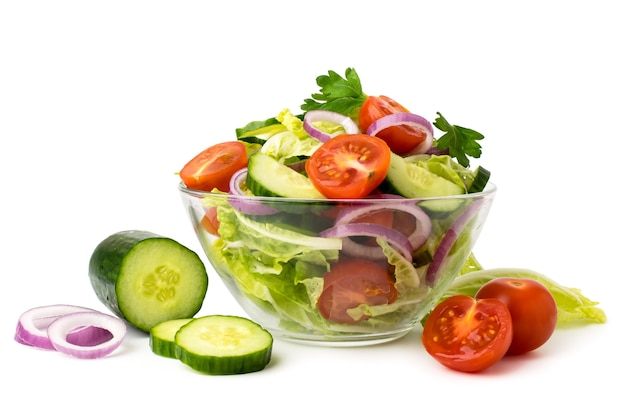 유리 접시와 재료 오이, 토마토, 양파 절연 흰색에 야채 샐러드.