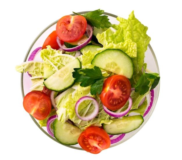 절연 흰색에 유리 접시에 야채 샐러드. 상단에서보기.