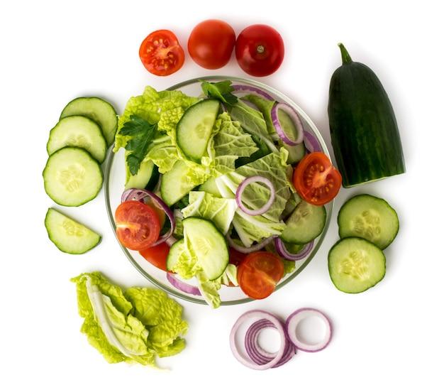 접시에 야채 샐러드와 흰색으로 만든 재료. 상단에서보기.