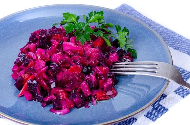 깍둑 썰기 한 사탕무, 당근, 감자와 식물성 기름의 야채 샐러드.