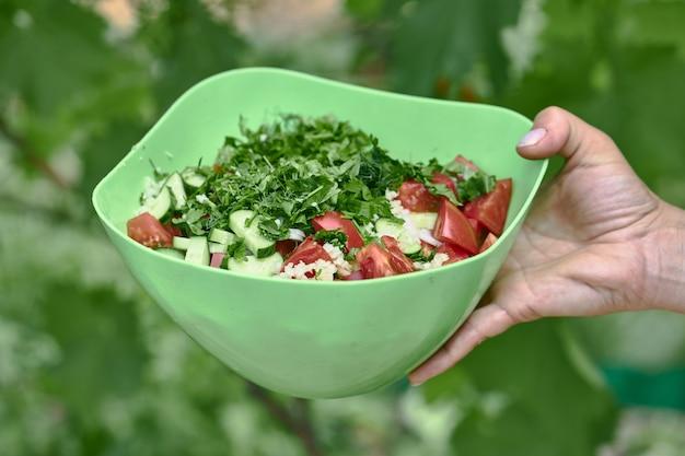 トマトとキュウリのグリーンボウルにグリーンの野菜サラダ