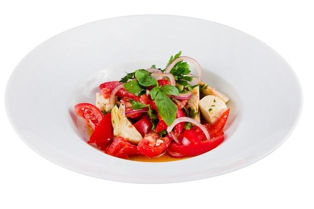 토마토, 고추, 아티 초크, 양파의 야채 샐러드. 확대. 전면보기. 프리미엄 사진