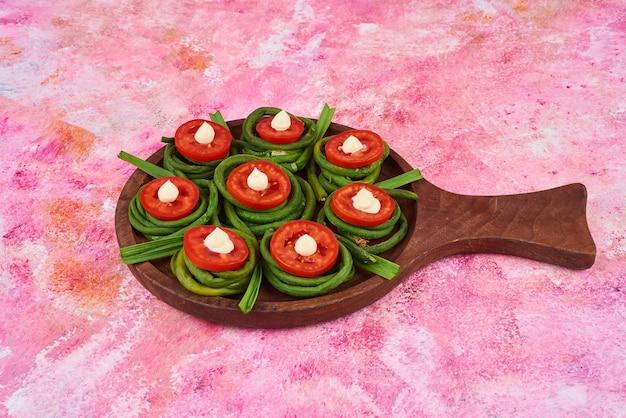 木製の大皿に野菜のサラダ。
