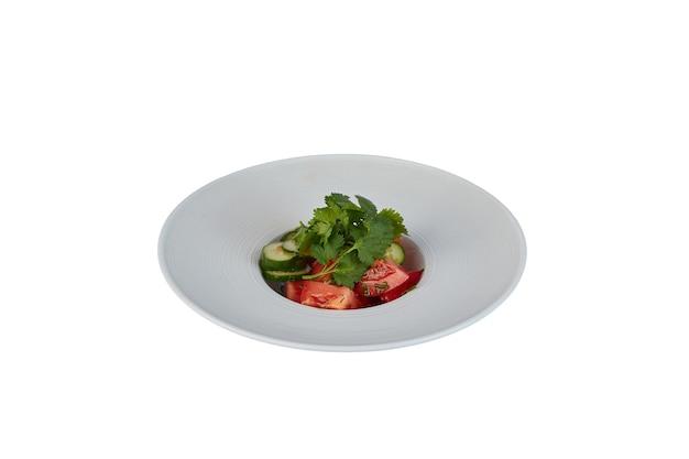 白で隔離の白いプレート上の野菜サラダ