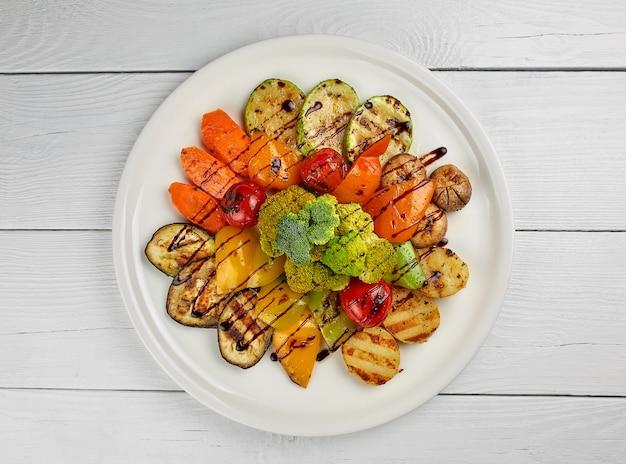 Insalata di verdure su un piatto