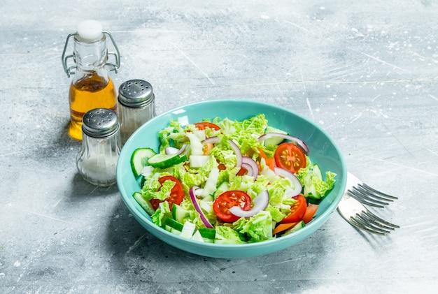 野菜サラダ。きゅうり、トマト、赤玉ねぎのスパイスとオリーブオイルのサラダ。