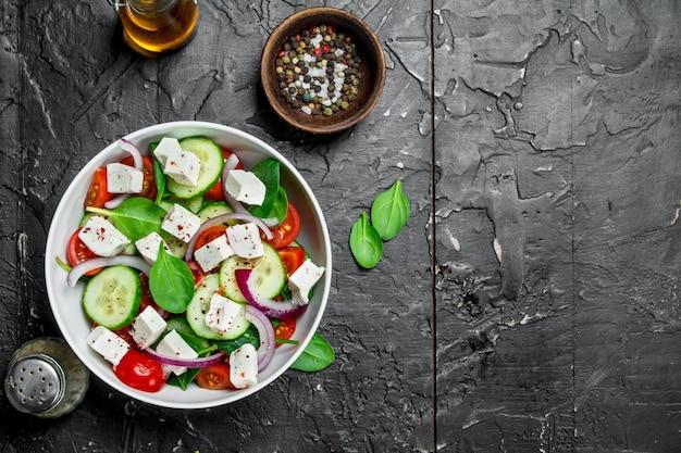 Овощной салат. салат с овощами, сыром и оливковым маслом.