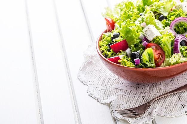 Овощной салат весенний овощной салат салат из свежих овощей с помидорами, луком, сыром и оливками