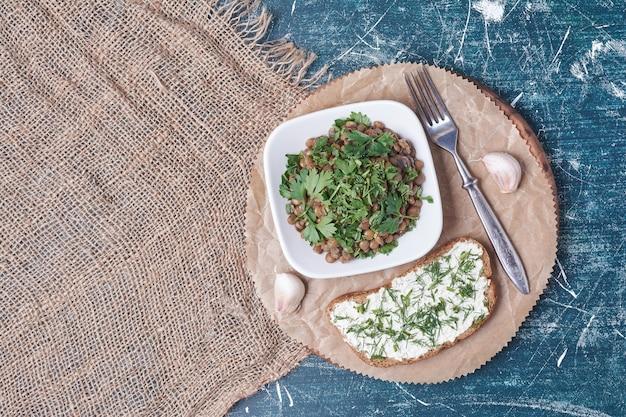 トーストのスライスと野菜のサラダ。