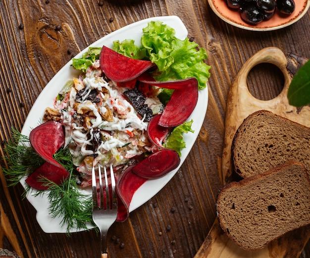 Овощной салат со свеклой и листьями салата.