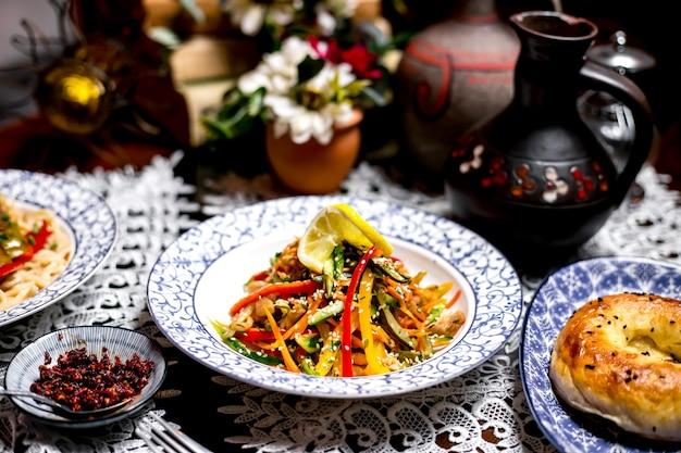 Овощной салат с болгарским перцем огурец маринованный огурец с кунжутными посыпками