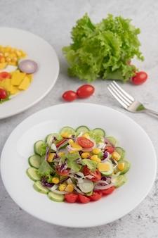 白い皿にゆで卵と野菜のサラダ。