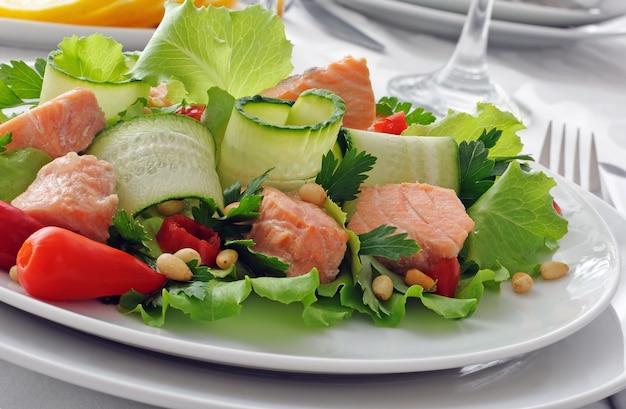 Овощной салат с отварным лососем и кедровыми орешками