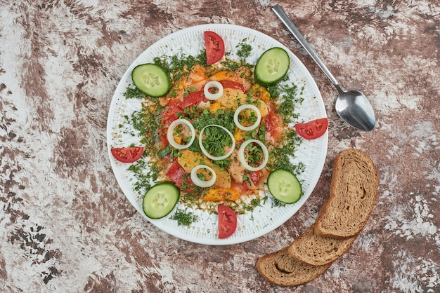 Vegetable salad with bread slices.