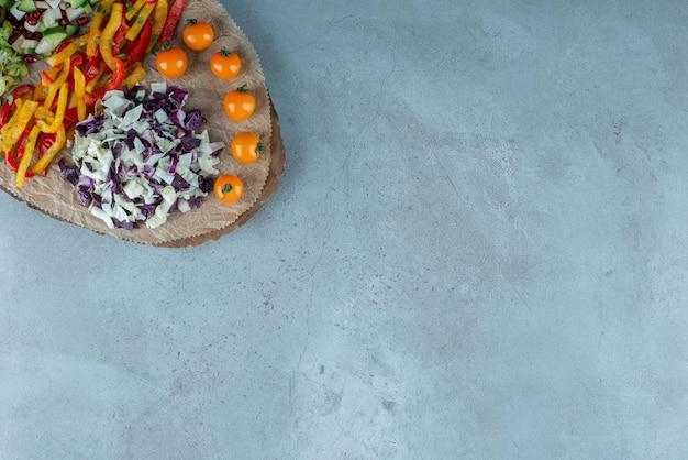 잘게 썬 콜리플라워, 양배추 및 기타 재료를 곁들인 야채 샐러드.