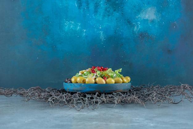 다진 양상추와 그린 올리브를 곁들인 야채 샐러드.
