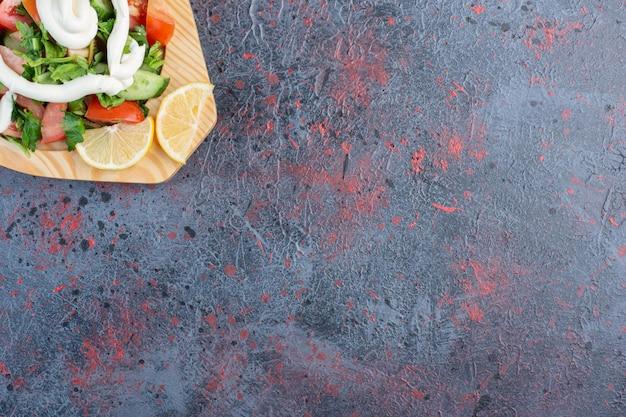 トマトのみじん切り、きゅうり、ハーブの野菜サラダ。