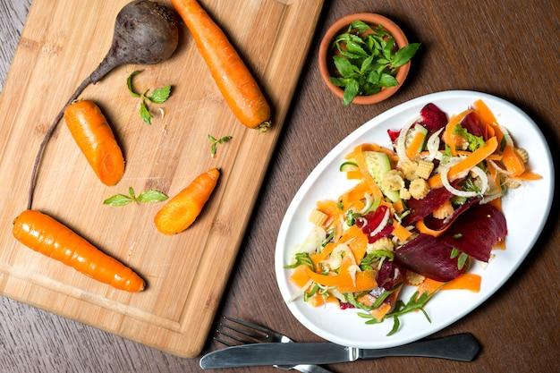 キュウリ、トウモロコシ、ビートルート、ルッコラの野菜サラダ