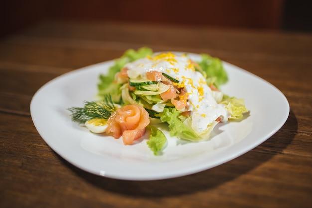 Овощной салат с яйцом и лососем