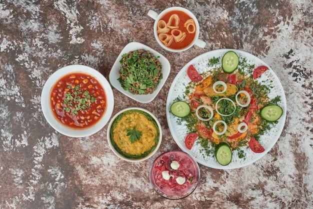 セラミック皿に食べ物を入れた野菜サラダ。