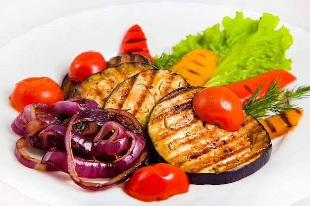 구운 가지, 체리 토마토, 빨간색과 노란색 피망, 보라색 양파, 딜, 양상추 잎을 곁들인 야채 샐러드