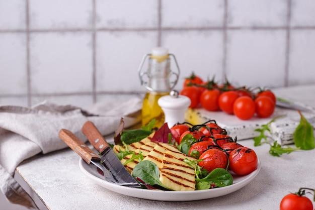 Овощной салат с запеченным сыром халлуми
