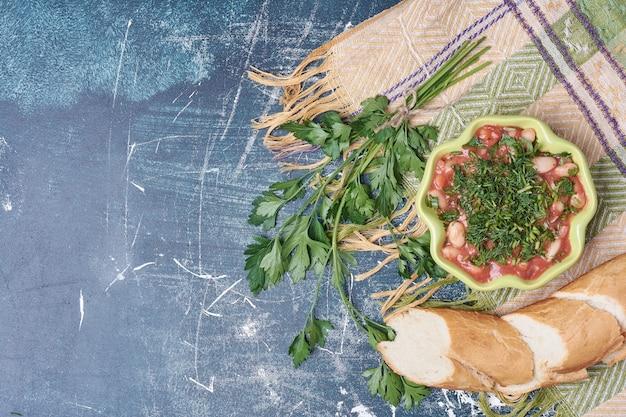 ハーブとスパイスの野菜サラダにバゲットを添えて。