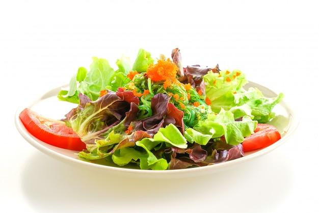 日本の海藻と白い背景の上のエビの卵の野菜サラダ