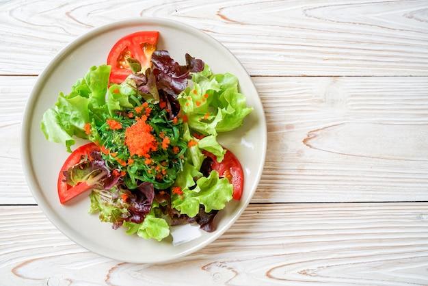 Овощной салат с японскими водорослями и яйцом креветок