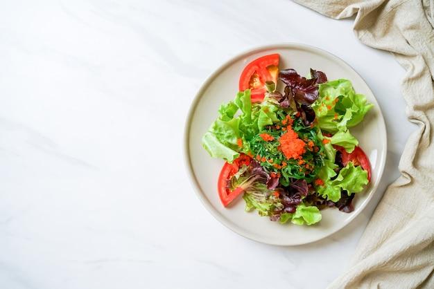 해초와 새우 알을 곁들인 야채 샐러드