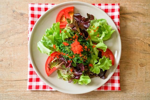 日本の海藻とエビの卵の野菜サラダ