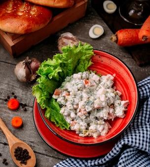 テーブルの上のマヨネーズと野菜のサラダ