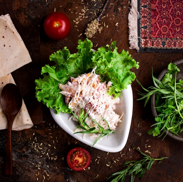 テーブルの上のマヨネーズトップビューと野菜のサラダ