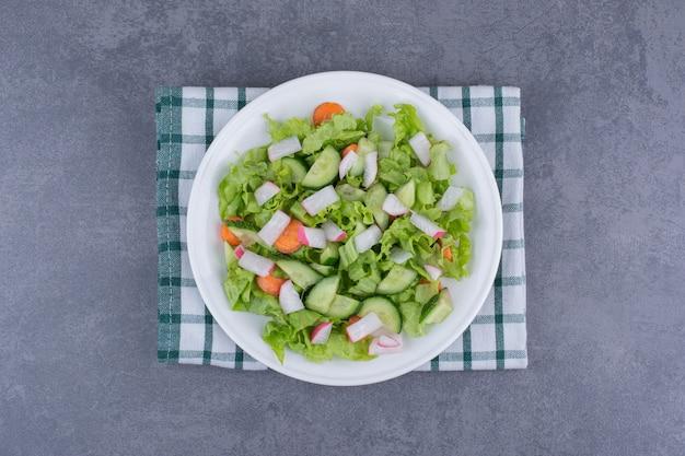 チェックのキッチンタオルに具材を混ぜた野菜サラダ