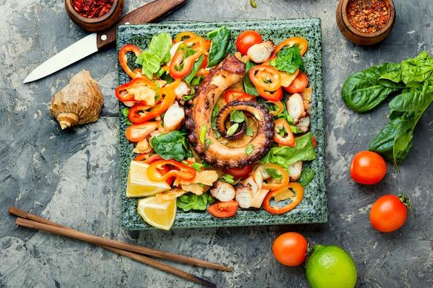 Овощной салат с осьминогом.