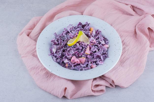 자주색 다진 양배추와 양파를 곁들인 야채 샐러드