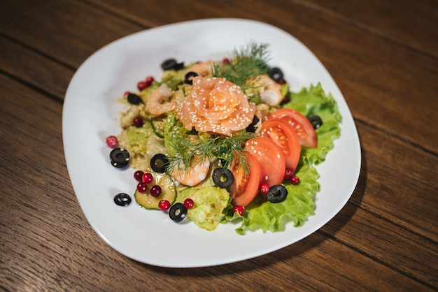 Овощной салат с лососем и креветками