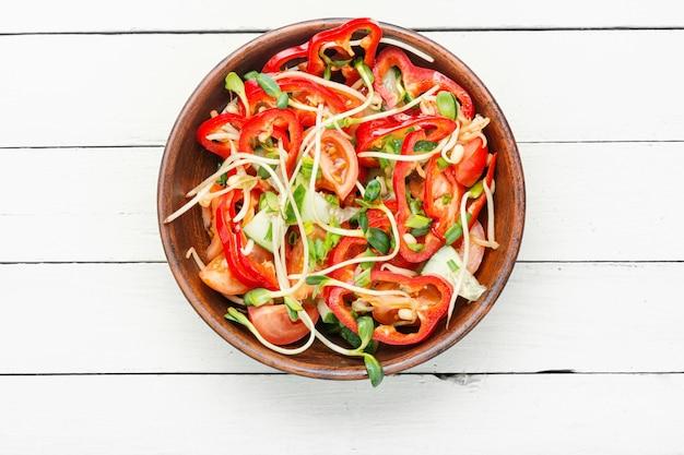 콩나물을 곁들인 야채 샐러드