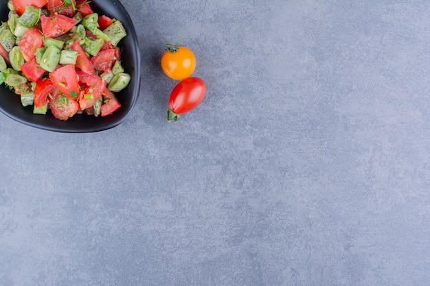 접시 안에 토마토와 녹두를 넣은 야채 샐러드