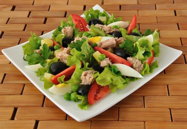 참치, 계란, 올리브를 곁들인 야채 샐러드